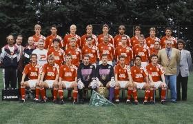 Rust_Mannschaft von Hannover 96 mit Trainer Eberhard Vogel (hinten stehend ganz re.) 1992-93 - mit gewonnenen DFB Pokal.